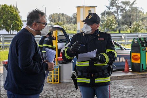 Polizeikontrolle an einem Autobahn-Rastplatz bei Reggio Calabria im Süden Italiens. Symbolbild