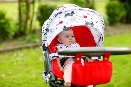 Damit die Sonne den Kleinen nicht zur Gefahr wird, sollten Eltern Sonnenschirm oder Sonnensegel verwenden.