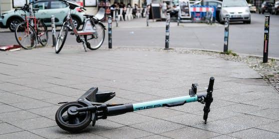 Ein umgekippter E-Scooter (Symbolbild)