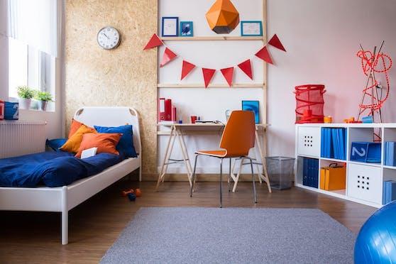 Eine Mischung aus bunten und neutralen Farben sorgt für unterschiedliche Kontraste und eine gute Atmosphäre im Zimmer.