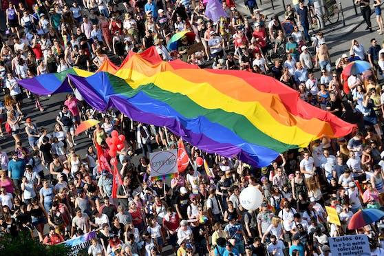 Am Donnerstag (08.07.2021) tritt in Ungarn das umstrittene Gesetz zur Beschränkung der Information über Homo- und Transsexualität für Personen unter 18 Jahren in Kraft. Noch am Dienstag protestierten in der Hauptstadt Budapest mehrere Tausend Menschen dagegen.