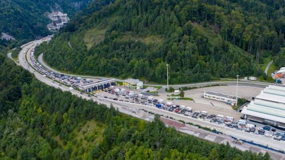 Auch an diesem Wochenende rechnen Verkehrexperten wieder mit lang andauernden Verzögerungen, auch an Österreichs Grenzen. Symbolbild.