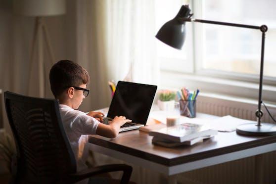 Eine Lernecke ist ein Muss in jedem Kinder- oder Jugendzimmer: Ein Tisch, ein Sessel sowie ausreichend Beleuchtung sorgen für gute Lernatmosphäre.