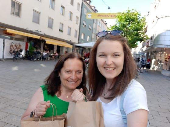 Susanne und Emma beim Shoppen in der Bregenzer Innenstadt (Kaiserstraße)