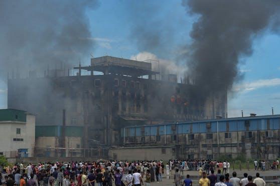 In Bangladesch kamen bei einem Brand in einer Fabrik Dutzende Personen ums Leben.