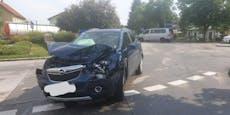 Falsch eingebogen! Lkw kracht im Kreisverkehr gegen Pkw
