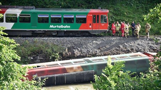 Seit einer Woche wartet der 32 Tonnen schwere Waggon der Murtalbahn auf seine Bergung.