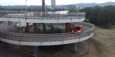 Verkehrs-Rowdy fährt Fußgänger-Schnecke hinauf