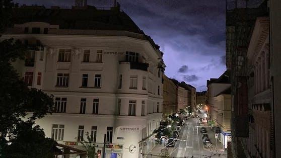 Blitze erleuchten den Himmel bei einem Gewitter über Wien. Symbolbild