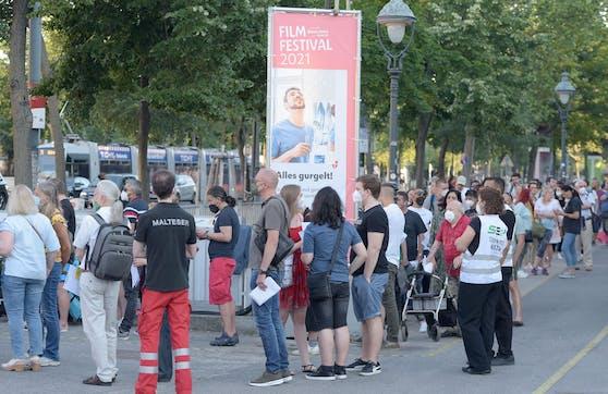 Massenandrang beim Impfen ohne Anmeldung am Wiener Rathausplatz. Die Delta-Variante macht eine hohe Durchimpfungsrate notwendig.