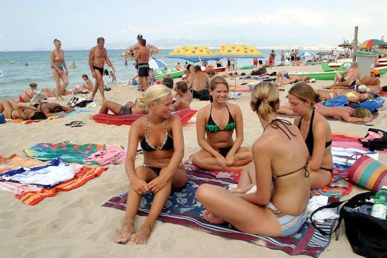 Urlauber am Mallorca-Strand: Berlin setzt Spanien wegen Corona auf die rote Liste.