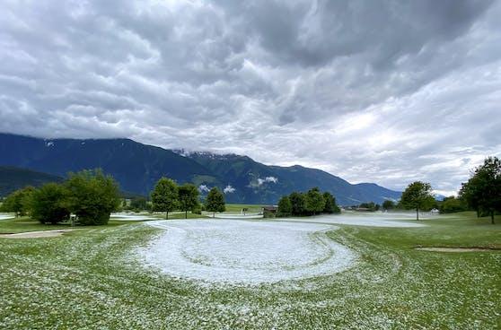 Ein Gewitter mit Hagel färbte den Golfplatz in Mieming (Bezirk Imst) weiß ein.
