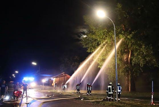 Weil ein Blitz im Baum einschlug, musste die Feuerwehr ausrücken. (Symbolbild)