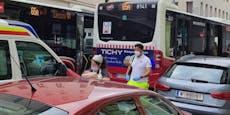 3 Wochen altes Baby in Bus aus Kinderwagen geschleudert